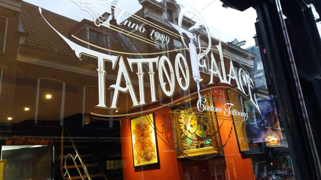 Tattoo Palace belettering